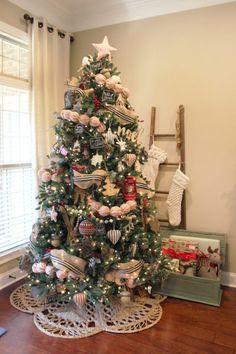 Traditional Rustic Christmas Decor Gingerbread Christmas Decor, Country Christmas Trees, Burlap Christmas Tree, Silver Christmas Decorations, Christmas Tree With Gifts, Christmas Tablescapes, Christmas Mantels, Christmas Gift Guide, Rustic Christmas