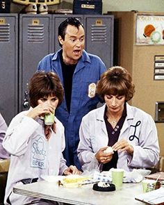 Laverne & Shirley Featuring David L. Lander, Cindy Williams Penny Marshall at work Promotional Photograph Welcome Back Kotter, Michael Mckean, Penny Marshall, Cindy Williams, Laverne & Shirley, Tv Shows Funny, Helfer, Comedy Tv, Vintage Tv