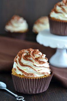 Moi qui déteste le café j'avoue avoir adorée ces cupcakes. Le muffins est bon et bien imbibé de café pour rappeler le tiramisu. Pour le glaçage en général je met moins de mascarpone pour allégé le ...