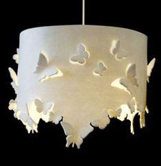 Si tuviera algo de tiempo, me gustaría intentar hacer una lámpara de papel: via zilinzen via notcot via walyou via furniture home design ————————————————————————————————- Con la ayuda de alambre también podemos hacer creaciones hermosas: ambas de Colin Chetwood Esta siguiente lámpara es de fieltro, pero bien podríamos hacer uso de papel o acrílico para conseguir el efecto: via itravelishop Misma situación con esta hermosa lámpara de origami, hecha de polipropileno: via ori gami blog Como…