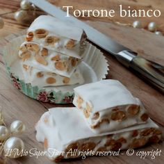 Soft homemade white nougat, flavored with lemon, scented with cotton candy and with many toasted almonds. Delicious Christmas cake with video recipe Italian Cookies, Italian Desserts, Easy Desserts, Italian Recipes, Dessert Recipes, Different Cakes, Different Recipes, Torrone Recipe, Nougat Recipe