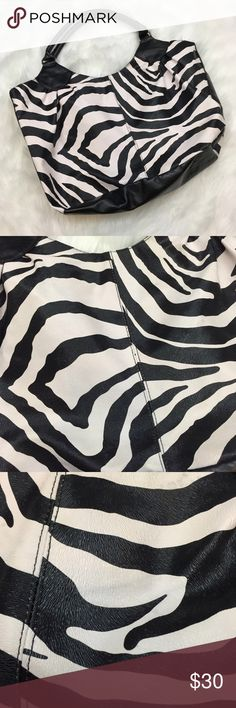 🍀Striking Zebra Print Purse Get this stylish zebra bag!  This purse is just the piece to put some flair in your wardrobe.  This is made with faux leather and a polyester lining inside.  This has been gently used.  This in in fantastic condition!  Get this now! Bags