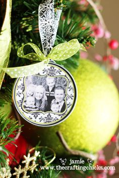Make photo wedding Christmas ornament favors from metal juice can tops