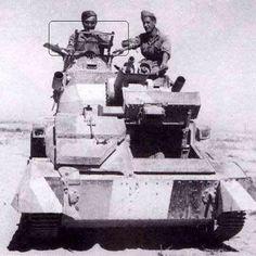 Nordafrica, 1940. Due soldati italiani su un carro armato leggero Vickers Mk…