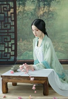 """💌""""Un verdadero rey solo se arrodilla ante su reina.""""(。♥‿♥。) Chinese Traditional Costume, Traditional Fashion, Traditional Outfits, Traditional Art, Chinese Style, Chinese Art, Chinese Design, Chinese Painting, Art Asiatique"""