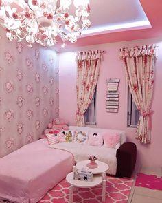 Ruang Tamu Shabby Chic Minimalis Dengan Warna Cat Pink Dipadu Dengan Wallpaper Dinding