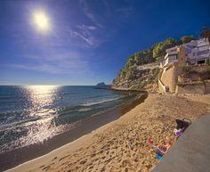 Strand El Portet in Moraira. De foto is van 18 december 2014. Een mooie zonnige dag met 20 graden. Dit soort weer is niet iedere dag maar komt toch wel regelmatig voor in de winter. Moraira, Next Holiday, Alicante, Beach House, Villa, Boat, Sunset, Places, Water