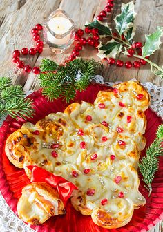 Christmas menu from appetizer to dessert Salty Christmas tree Gifts: Christmas is coming Christmas or the Christ event, the Festival of lights, the Party of peac. Christmas Food Treats, Christmas Tree With Gifts, Xmas Food, Christmas History, Christmas Time, Christmas Arrangements, Festival Lights, Antipasto, Food Design