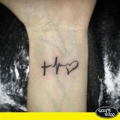 Tatuagem delicada de batimentos cardíacos em forma de cruz e coração feita por Lucas Felipe - Gelly's Tattoo (unidade Vila Olímpia)