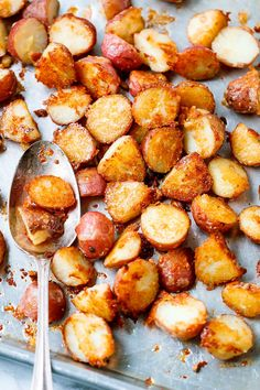 Roasted Garlic Butter Parmesan Potatoes Roasted Garlic Butter Parmesan Potatoes Recipe – – These epic roasted potatoes with garlic butter parmesan are perfect side for your meal! Parmesan Roasted Potatoes, Roasted Potato Recipes, Roasted Garlic, Garlic Parmesan, Marinated Salmon, Vegetarian Recipes, Cooking Recipes, Cooking Tips, Snacks Sains