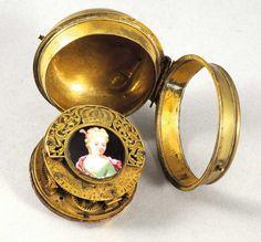 """Montre à coq dite """"oignon"""" en laiton, fin XVIIe-début XVIIIe siècle, signée """"Thuret Paris"""", diam. : 5,5 cm. Rouillac SVV"""
