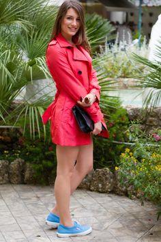 Carlotta l'ha scelto rosso. E tu, di che colore sceglieresti il tuo trench Antonio Croce?