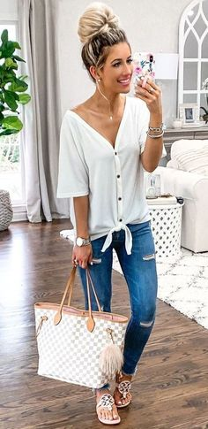 Outfit mezclilla 7 Cute Outfits To Try In Spring And Summer Season Adorable outfit for spring with blue ripped jeans and white top Cute Comfy Outfits, Edgy Outfits, Mom Outfits, College Outfits, Grunge Outfits, Outfits For Teens, Spring Outfits, Mom Style Fall, Blue Ripped Jeans