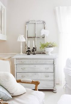 Omakotitalon maalaisromanttinen sisustus syntyi itse tuunaamalla. Katso kauniit kuvat! Cool Ideas, Dresser As Nightstand, Decorating Your Home, Sweet Home, House Design, Living Room, Bedroom, Table, Interiors