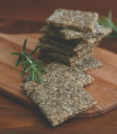 Best low carb keto cracker recipe with sunflower seeds and chia seeds. These are the perfect grain-free snack! No Carb Crackers Recipe, Low Carb Crackers, Cracker Recipe, Nut Free Snacks, Keto Snacks, Vegan Appetizers, Snacks Recipes, Savory Snacks, Keto Desserts