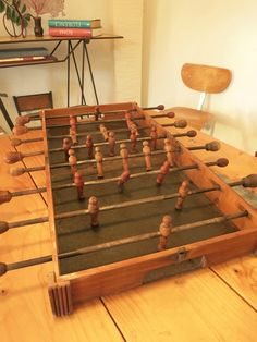 LA BOITE À BABY FOOT Wooden Crafts, Wooden Toys, Diy Crafts For Home Decor, Table Vintage, Baby Feet, Tabletop Games, Pallets, Armoire, Woodworking