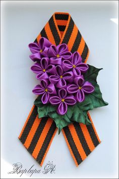 одноклассники Ribbon Work, Silk Ribbon, Ribbon Crafts, Flower Crafts, Bolo Floral, 9 Mai, Baby Bows, How To Make Bows, 4th Of July Wreath