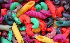 ... farbowaliśmy już PIASEK  i RYŻ  (kliknijcie proszę i poczytajcie). W wakacje przyszła kolej na makaron :) Wykorzystaliśmy barwniki wypłu...