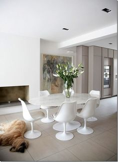 A beautiful example of a marble tulip table and chair set, finished off with the white PU cushion creates a really clean and stylish look. Giving us major dining room inspiration. Saarinen Tisch, Mesa Saarinen, Saarinen Table, Tulip Dining Table, Modern Dining Chairs, Dining Table Chairs, Wood Chairs, Apartment Interior, Interior Design Living Room