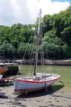 """Dans le port de Saint-Goustan à Auray, un vieux smack, bateau de pêche traditionnel anglais, """"Unity of Lynn"""". Autrefois dédié à la pêche à la crevette dans les baies du sud de la Grande-Bretagne, le navire propose aujourd'hui des excursions touristiques dans le Golfe du Morbihan et dans la baie de Quiberon. Morbihan, Bretagne."""