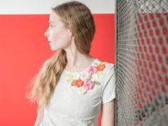 Tutoriales DIY: Cómo decorar una camiseta con flores de ganchillo vía DaWanda.com