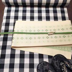 【春のカジュアル着物コーデ】 ベーシックな白黒の格子着物に、かわいい小花文様の博多帯を合わせて。春らしい若草色とニジマス(?!)の帯留がポイント。  明日4/10 21時より新作発売開始。  #きもの #下駄 #着物 #kimono #kimonomodern