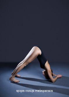 АРДХА ПИНЧА МАЙЮРАСАНА (поза дельфина) Эта асана раскрывает плечи и спину, растягивает подколенные сухожилия. Укрепляет и растягивает позвоночник, особенно верхний отдел. Успокаивает ум и нормализует работу нервной системы. Укрепляет мышцы туловища.