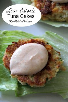 Low Calorie Tuna Cakes Recipe Preparing a quick and delicious healthy meal is easy with canned tuna. This Low Calorie Tuna Cakes Recipe is our family's favorite. Topped with a Greek yogurt sriracha sauce, yummm! Healthy Cooking, Healthy Snacks, Healthy Eating, Cooking Recipes, Can Tuna Recipes Healthy, Recipes With Canned Tuna, Healthy Quick Meals, Quick Recipes, Keto Recipes