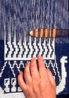 Textil hemslöjd - finnväv Card Weaving, Tablet Weaving, Weaving Art, Weaving Patterns, Tapestry Weaving, Loom Weaving, Inkle Loom, Swedish Weaving, Textiles