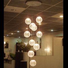 Sfeervolle kristallen bollen hanglamp.                            Atmos. Idee van lengtes en bollen is goed! Maar dan niet dit materiaal..