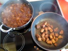 """""""RINDFLEISCHTOPF"""" - IRISCHE ART MIT GUINNESS - KEIN Irish Stew !!! - Rezept  ZUTATEN 1,5 kg Rinderbraten 2 Stk. Zwiebeln gehackt 2 Stk. Knoblauchzehen gehackt 1 EL Tomatenmark 2 Flaschen Guinnes irisch. Bier - extra Stout für das Würzmehl 3 EL Senfkörner gelb oder Senfmehl 1 TL Salz 1 TL Pfeffer grob 0,5 tl Chiliflocken rot 1 TL P'ilzmehl in meinem Kochbuch 3 EL Mehl 4 EL Olivenöl"""