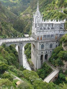 Santuario De Las Lajas, Colombia Le Sanctuaire de Las Lajas est un lieu de culte et de pèlerinage situé dans le canyon formé par la rivière Río Guáitara, à 7 km de la ville d'Ipiales, dans le département de Nariño, au sud de la Colombie à la frontière équatorienne. L'église néogothique a été construite à cheval sur des gorges entre 1916 et 1949 en elle a remplacement d'une église datant du XIXe siècle. Elle a été promue basilique en 1954…
