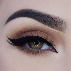 Every makeup junkie should know these incredible eyeliner tips! Eyeliner is such a major part of our Cute Makeup, Pretty Makeup, Makeup Geek, Makeup Inspo, Makeup Inspiration, Makeup Ideas, Makeup Tutorials, Makeup Guide, Gorgeous Makeup