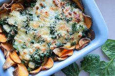 Deze zoete aardappel schotel met spinazie en mozzarella is een ideaal gerecht voor een gezellig etentje en is super simpel om te maken.