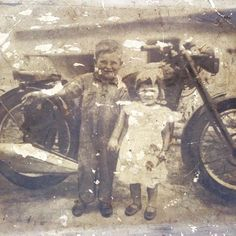 Essa fotografia foi tirada pelo meu Avô no início da década de 50. Nela estão meu Pai e minha Tia . Notem meu pai desde pequeno com macacão de mecânico e o mais interessante disso tudo é que ainda temos essa moto (velocette MAC-350 1951) #velocette #velocettemotorcycles #mac350 #velocetterally #motorcycle #motociclismo #motorcycle #motorcycles #vintagemotorcycle #caferacer #garagebr440 #caferacerworld #bikeefix #duasrodas #lifestyle #motorcyclesofinstagram #pauveio
