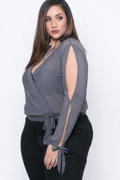 Buy plus size women's tops from Fashionmia. We have women's plus size fashion tops of many trendy styles and colors with cheap price. Come buy now! Curvy Outfits, Plus Size Outfits, Fashion Outfits, Fashion Blouses, Fashion 2018, Fashion Fashion, Fashion Online, Looks Plus Size, Plus Size Tops