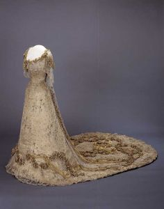 Gala dress of Queen Maud of Norway, 1906-07  http://www.digitaltmuseum.no/things/gallakjole/NMK-D/OK-1962-0002?owner_filter=NMK-D=Drakt_context=1=319=7