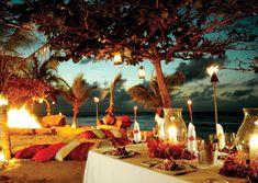 Mais um estilo confortável: almofadas coloridas na areia, lanternas, velas, flores e cores alegres!