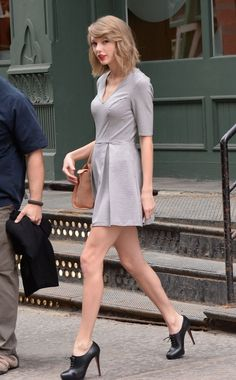Taylor Swift - Get the latest clothes,outfits and style photos and videos today! Taylor Swift Latest, Estilo Taylor Swift, Taylor Swift Outfits, Taylor Swift Hot, Live Taylor, Taylor Swift Style, Taylor Swift Casual, Katy Perry Dress, Taylor Swift Pictures