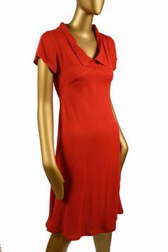 Robe en crèpe de viscose avec découpe poitrine. - 140 € - Antoine et Lili - En noir ou en rouge