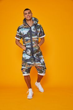 Comfortable Jumpsuits from the experts in loungewear. Online store with a wide range of adult and kids onesies. Romper Men, Hawaii Style, Short Jumpsuit, I Dress, Spring Summer Fashion, Couture, Lounge Wear, What To Wear, Creations