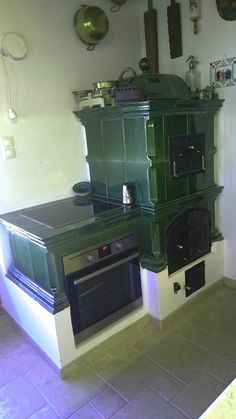Antique Kitchen Stoves, Antique Stove, Bakery Kitchen, Home Decor Kitchen, Wood Stove Cooking, Old Stove, Small Tiny House, Vintage Stoves, Outdoor Oven