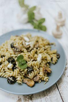 Gombás-fetás-olívás tészta recept - Kifőztük, online gasztromagazin Feta, Black Eyed Peas, Risotto, Ethnic Recipes, Cilantro