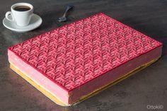 Entremets vénitien géant à la framboise. On peut couper 32 parts de 6 cm X 4 cm. Il mesure 33,5 cm X 23,6 cm. Réalisé avec les produits Guy Demarle® : Cadre inox, Flexipan®plat, tapis relief cannage vénitien.