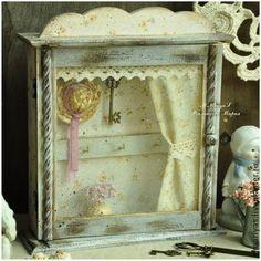Ключница-шкаф `Завтрак на веранде..`. Старинный, уютный и очень-очень нежный шкафчик. И по дизайну, и по цветовому сочетанию напоминает нам стиль шебби шик. Выполнена ключница в технике декупаж.  Красиво декорирована: в мелкий цветочек, словно французский ситец.