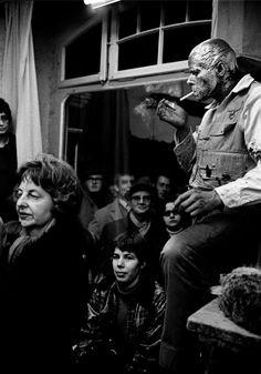 Josef Beuys, 1965: Aktion »Wie man dem toten Hasen die Bilder erklärt«, Düsseldorf. Foto: Walter Vogel.