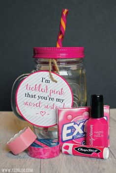 Pink Gift Idea - Inspiration Made Simple DIY Tickled Pink Gift Idea with Free Printable Tags for Teachers, Sisters, Mothers and More!DIY Tickled Pink Gift Idea with Free Printable Tags for Teachers, Sisters, Mothers and More! Secret Sister Gifts, Secret Santa Gifts, Ami Secret, Cheer Sister Gifts, Cute Cheer Gifts, Tickled Pink Gift, Dance Gifts, Ideias Diy, Jar Gifts