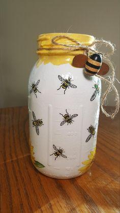 Mason Jar Bathroom, Mason Jar Vases, Mason Jar Centerpieces, Mason Jar Diy, Mason Jar Projects, Mason Jar Crafts, Diy Projects, Decoupage Jars, Bee Crafts