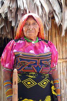 Nalunega. We ondergaan de stilte en de rust van de Kuna Indianen, op het piepkleine eilandje. Ze leven van visvangst, jacht en toerisme. De vrouwen naaien mooie decoratieve doekjes, 'de Mola's'. Die beschermen hun van de boze geesten. De Kuna vrouwen Hier vind je de beste tips[ hoe je een vrouw versierd  een duurzame relatie start om vrouwen te versieren voor een lange relatie] paypro.nl/producten/Vandaag_Vrouwen_Versieren/3658/19509