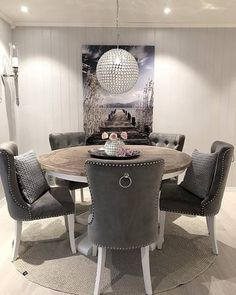 Bygget drømmehuset fra Fiskarhedenvillan Dinning Chairs, Dining Bench, Home And Living, Living Room, Dining Room Inspiration, Decor Room, Modern Kitchen Design, Modernism, Dining Room Design